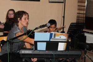 Melanie Bietz am Rockschulfest mit Keyboardschüler