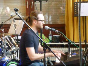 Martin Lang am Gesang und Klavier